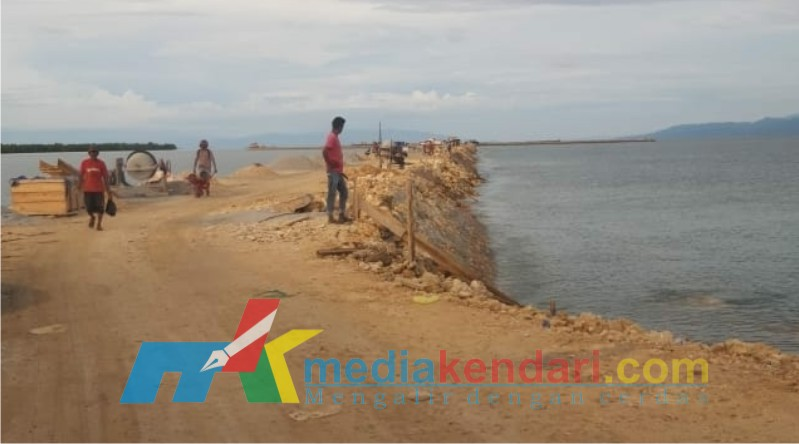 Pembangunan talud di lokasi reklamasi laut Motewe yang anggarannya telah dipending