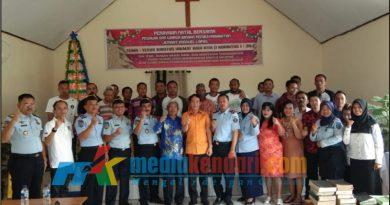 Foto bersama antara Kakanwil Kemenkumham Sultra, Sofyan (kemeja orange/tengah), petugas Lapas Kelas IIA Kendari dan Napi yang mendapat remisi khusus