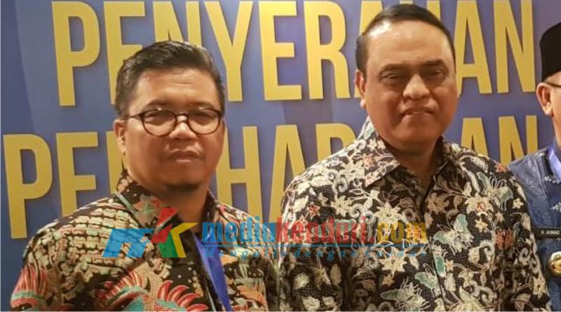 Kepala DPMPSTP Sultra, Masmuddin saat menerima penghargaan dari Menteri Menpan RB Syafruddin di Jakarta beberapa waktu lalu.