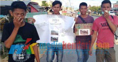 Mahasiswa Jurusan Ilmu Politik, Fakultas Ilmu Sosial, Universitas Halu Oleo. Saat melakukan aksi penggalangan dana untuk bantuan korban Tsunami Banten.