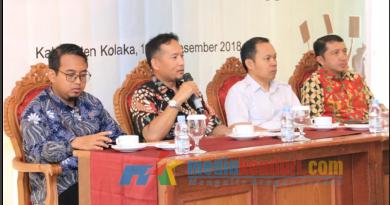Kepala OJK Sultra, Fredly Nasution (kiri kedua pegang mike) saat menjelaskan terkait investasi ilegal