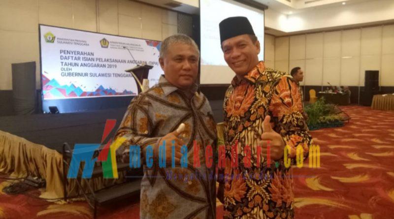 Bupati Konawe, Kery Saiful Konggoasa berpose bersama dengan Ketua DPRD Sultra, H Abdurrahman Saleh usai kegiatan penerimaan DIPA 2019 di Hotel Claro Kendari, Jumat (14/12/2018).