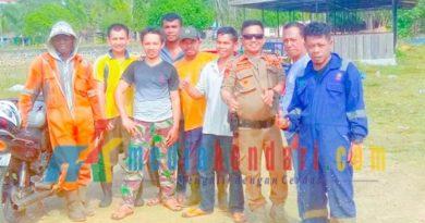 Personil DLH dan Sat Pol PP Muna saat melakukan bersih-bersih di Lapak