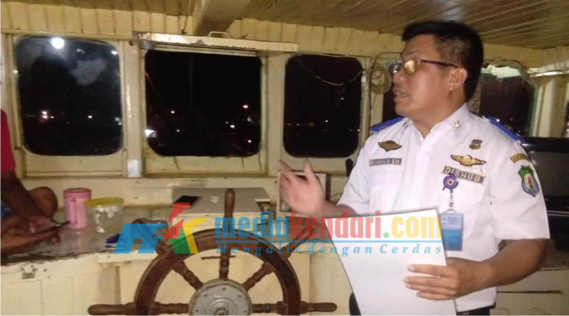Rahman, SH., MM Staf Dinas Perhubungan Kab Bombana saat memasang surat edaran ke pemilik kapal