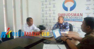 Ketua Panselda, Nurdin Pamone bersama Ketua ORI Sultra, Mastri Susilo saat memberikan klarifikasi terkait persoalan seleksi CPNS di Muna