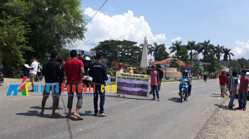 Aksi unjuk rasa Forum Pemerhati Rakyat (FPR) Koltim, di Tugu Jalan Poros Rate-Rate. Foto : Jaspin