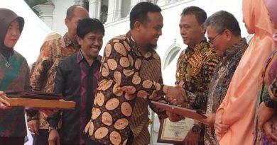 Nampak Bupati Koltim, H. Tony Herbiansyah, saat menerima penghargaan bergengsi sebagai Inovasi Teknologi Pembenihan Antar Bupati, di Jawa Barat. Foto: Kominfo