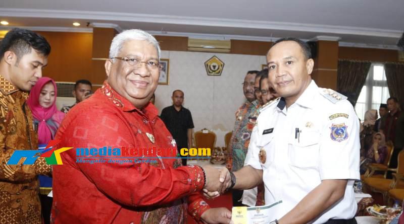 Penyerahan Muzaki Card secara simbolik kepada Bupati Muba Barat (Mubar) LM Rajiun Tumada. (Foto : Kuning Biro Kerjasama dan Komunikasi Publik Setda Sultra)