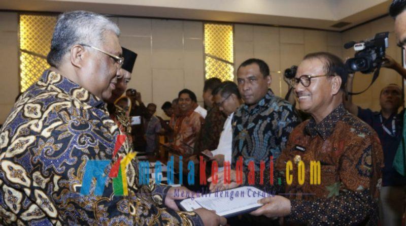 Bupati konsel saat menerima DIPA dari Gubernur Sultra Ali Mazi.