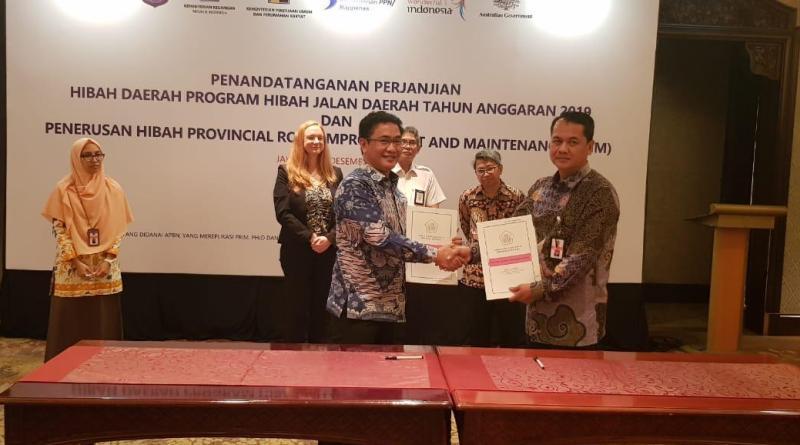 Plt Kadis SDA dan Bina Marga Sultra Rundu Beli Hasan (kiri) usai penyerahan dana hibah dari Kementrian PU-PR. (Foto : ist)
