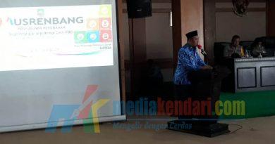 Bupati Konawe Utara Ruksamin saat memberikan sambutan pada acara Musrembang penyusunan perubahan RPJMD, bertempat di aula kantor bupati setempat pada Senin (17/12/2018).