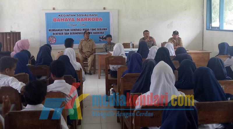 Kapolsek Bonegunu IPDA Sunarton Hafala saat mensosialisasikan bahaya narkoba kepada murid-murid SMP Negeri 1 Bonegunu.