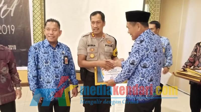 Kapolres Kolut saat menerima penghargaan Dari KPKN KOLAKA.(Dok Humas Polres Kolut)