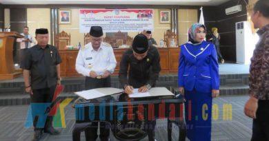 Bupati konsel Surunuddin Dangga Dan ketua DPRD Konsel Irham Kalenggo saat menandatangani Penetapan APBD