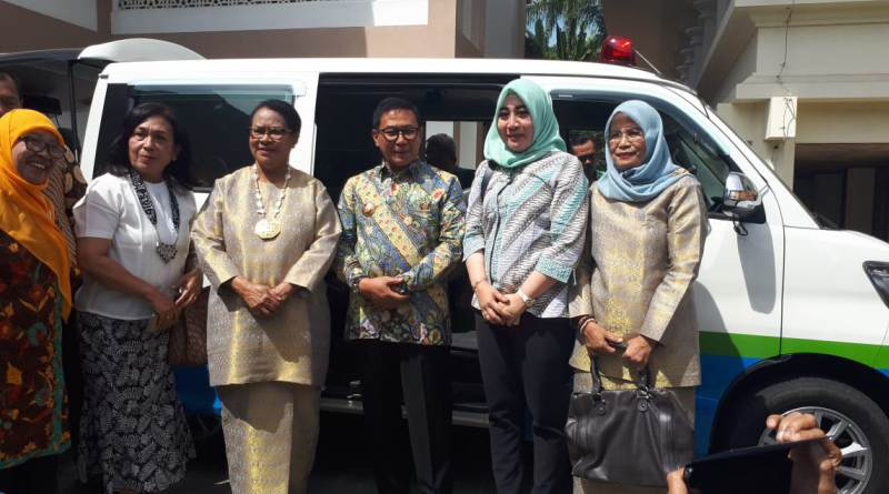 Kepala Dinas PPPA Konawe, Cici Ita Ristianti (dua dari kanan) berpose bersama dengan Menteri PPPA RI Prof Yohana Susana Yembise (Ketiga dari kiri) usai penyerahan Molin dan Torlin, Jumat (21/12/2018) kemarin di Bukit Tinggi Sumatera Barat. (Foto: Ist)