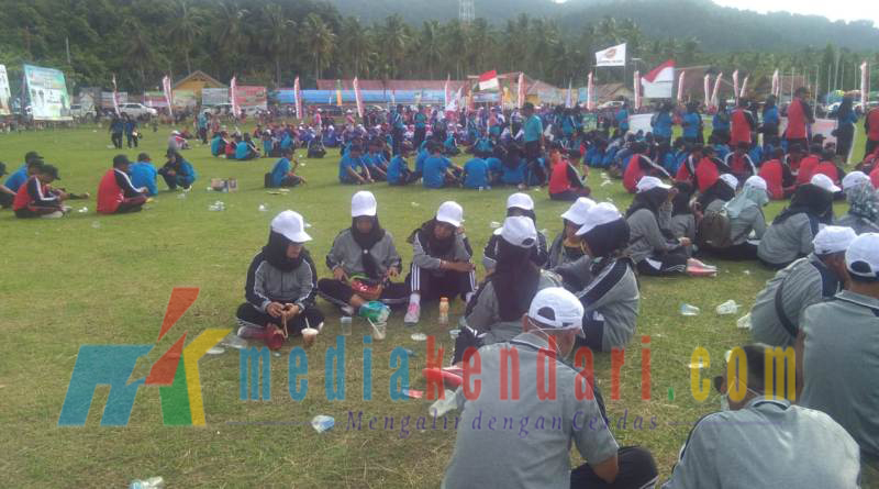 Para guru terlihat duduk saat sambutan Bupati Ruksamin dalam upacara pembukaan Porseni memperingati HUT PGRI ke 73, tingkat Kabupaten Konawe Utara di Lapangan sepak bola Kecamatan Molawe, Rabu (26/12/2018) sore.