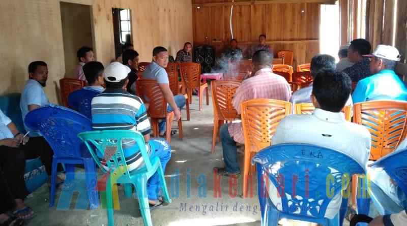 suasana rapat penyusunan perangkat di kantor desa persiapan talabente kamis 27 des 2018( foto Hasrun)