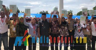 Penyerahan sertifikat secara simbolis ini serahkan langsung oleh Bupati Konawe, Kery Saiful Konggoasa, bertempat di halaman Kantor Bupati Konawe