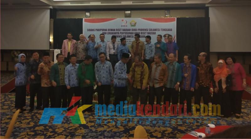 Badan Penelitian dan Pengembangan (Balitbang) Sultra bekerja sama dengan Dewan Riset Daerah Provinsi Sultra gelar Lokakarya Riset Daerah, Senin (17/12/2018) di Hotel Plaza Iin Kendari.