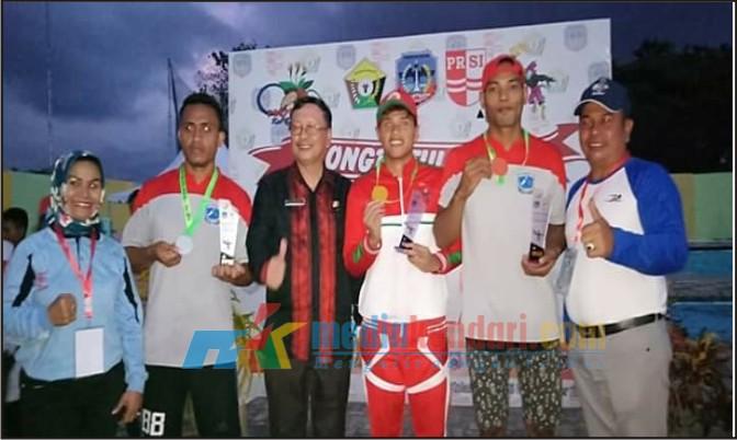 Salah satu atlet renang Muna saat menerima hadiah medali