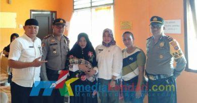 Bayi berjenis kelamin perempuan yang ditemukan warga di Pos Kehutanan Desa Mata Wolasi Kecamatan Wolasi Kabupaten Konawe Selatan (Konsel) Sulawesi Tenggara (Sultra), Rabu (19/12/2018) pagi, bersama petugas Kepolisian dan tenaga medis