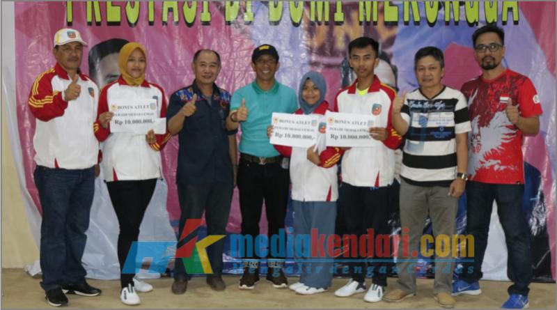Ketua KONI Konsel Arsalim Arifin saat Foto bersama Atlet Taekwondo peraih mendali dan para pengcab Taekwondo.