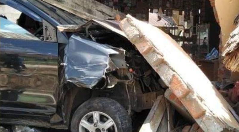 Mobil Avanza dengan nomor Polisi DT 1468 EB Saat menabrak rumah milik Titin warga Desa Laloumera.