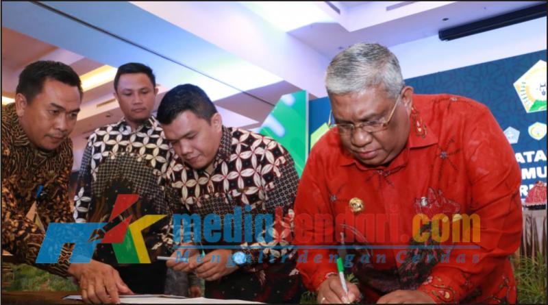 Gubernur Sulawesi Tenggara (Sultra) Ali Mazi (ujung kanan) bersama Direktur Asia Muslim Charity Foundation (AMFC) Ahmad Faisal Siregar saat menandatangani MoU perihal pengoperasian Kapal Kemanusiaan 05