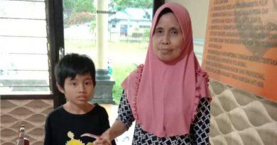 Bocah yang dilaporkan tersesat, bersama Ibunya saat dijemput di Polsek Poasia