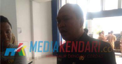 Bupati Konut, Ruksamin saat diwawancarai oleh sejumlah awak media. (Foto : Mumun/mediakendari.com)