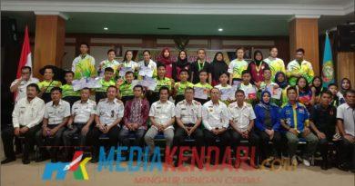 Foto bersama atlet peraih medali dan pelatih bersama Wakil Bupati Raup, Sekda Martaya usai penyerahan bonus atlet bertempat di kantor Bupati Konawe Utara.