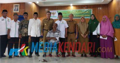 Foto bersama usai penyerahan ZIS secara simbolis oleh Plt Walikota Kendari Sulkarnain pada penerima ZIS diruang Aula Bertaqwa Kantor Walikota Kendari.