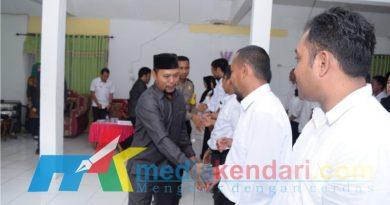 Ketua KPU Bombana, Aminuddin saat menyalami Anggota PPK yang telah di lantik. (Foto : Hasrun)