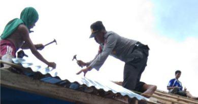 Suasana Kerja Gotong Royong Polsek Andoolo Bersama Pemerintah Desa dan Warga Setempat.