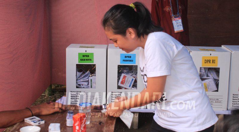 Warga menandatai tangannya dengan tinta usai memilih di TPS 13, Kelurahan Punggaloba, Kecamatan Kendari Barat, Kota Kendari, dalam pemilihan umum (Pemilu) serentak, Rabu (17/4/2019). Foto: Taya/mediakendari.com