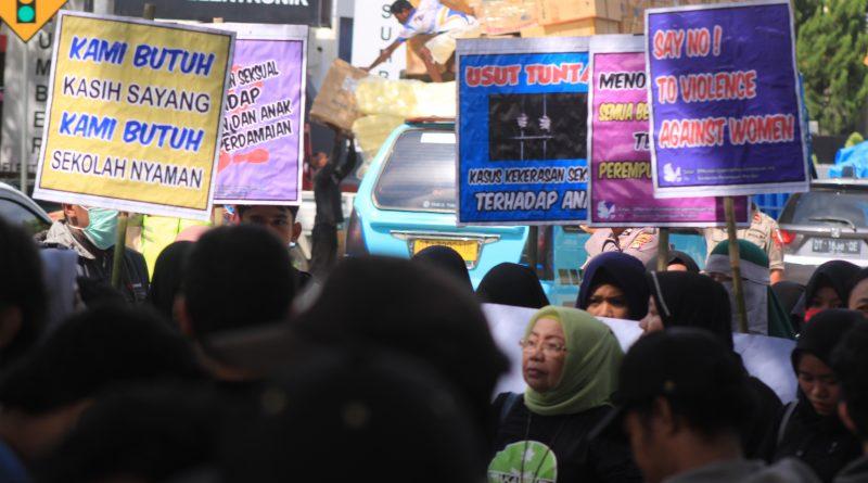 Mantan Anggota TNI Culik dan Perkosa Tujuh Anak, Aktivis Perempuan Demo Korem 143 Haluoleo Sejumlah poster tuntutan aktivis perempuan di Sulawesi Tenggara (Sultra) yang tergabung dalam Koalisi Lembaga Perlindungan Anak dan Perempuan (KLPAP) Sultra saat melakukan orasi di Markas Komando Resor Militer (Korem) 143/Haluoelo Kendari, Jumat (3/5/2019). Mereka meminta Komandan Korem (Danrem) 143 Haluoleo, Kol. Inf. Yustinuis Nono Yulianto transparan dalam memberikan informasi kepada publik terkait status pelaku penculikan dan pemerkosaan anak di bawah umur oleh mantan anggota TNI, Adrianus Pattian. Foto: Taya/mediakendari.com