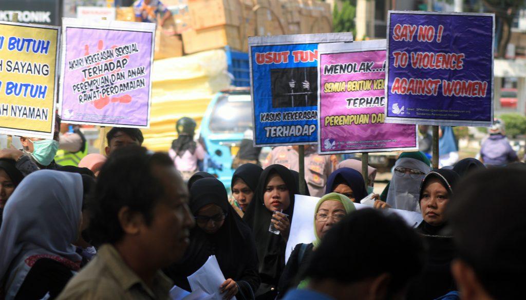 Puluhan aktivis perempuan di Sulawesi Tenggara (Sultra) yang tergabung dalam Koalisi Lembaga Perlindungan Anak dan Perempuan (KLPAP) Sultra melakukan orasi di Markas Komando Resor Militer (Korem) 143/Haluoelo Kendari, Jumat (3/5/2019). Mereka meminta Komandan Korem (Danrem) 143 Haluoleo, Kol. Inf. Yustinuis Nono Yulianto transparan dalam memberikan informasi kepada publik terkait status pelaku penculikan dan pemerkosaan anak di bawah umur oleh mantan anggota TNI, Adrianus Pattian. Foto: Taya/mediakendari.com