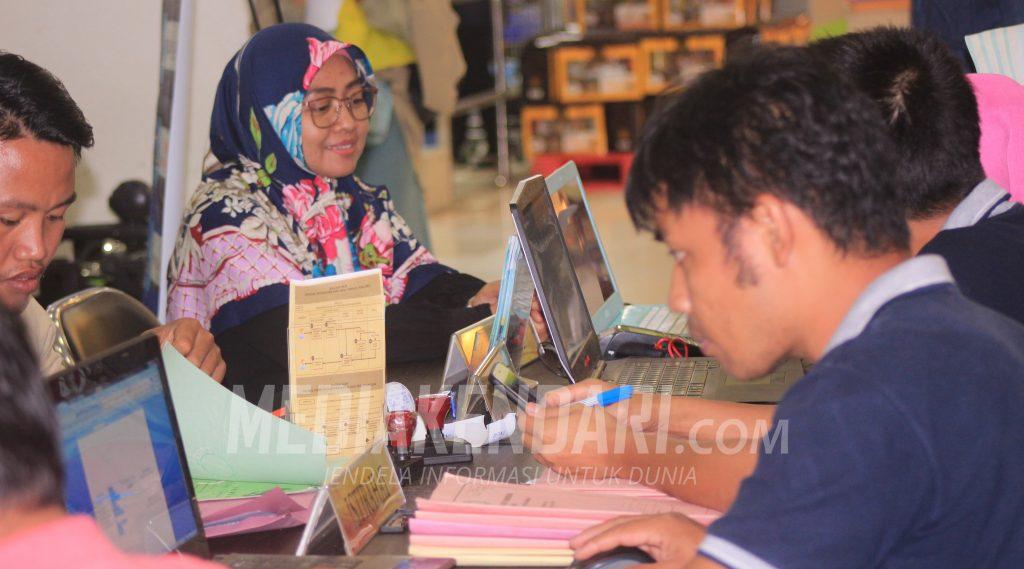 Warga mengurus surat-surat tanah saat kegiatan One Day Service yang digelar Kantor Pertanahan Kota Kendari di Lippo Plaza Kendari, Foto: Taya/mediakendari.com