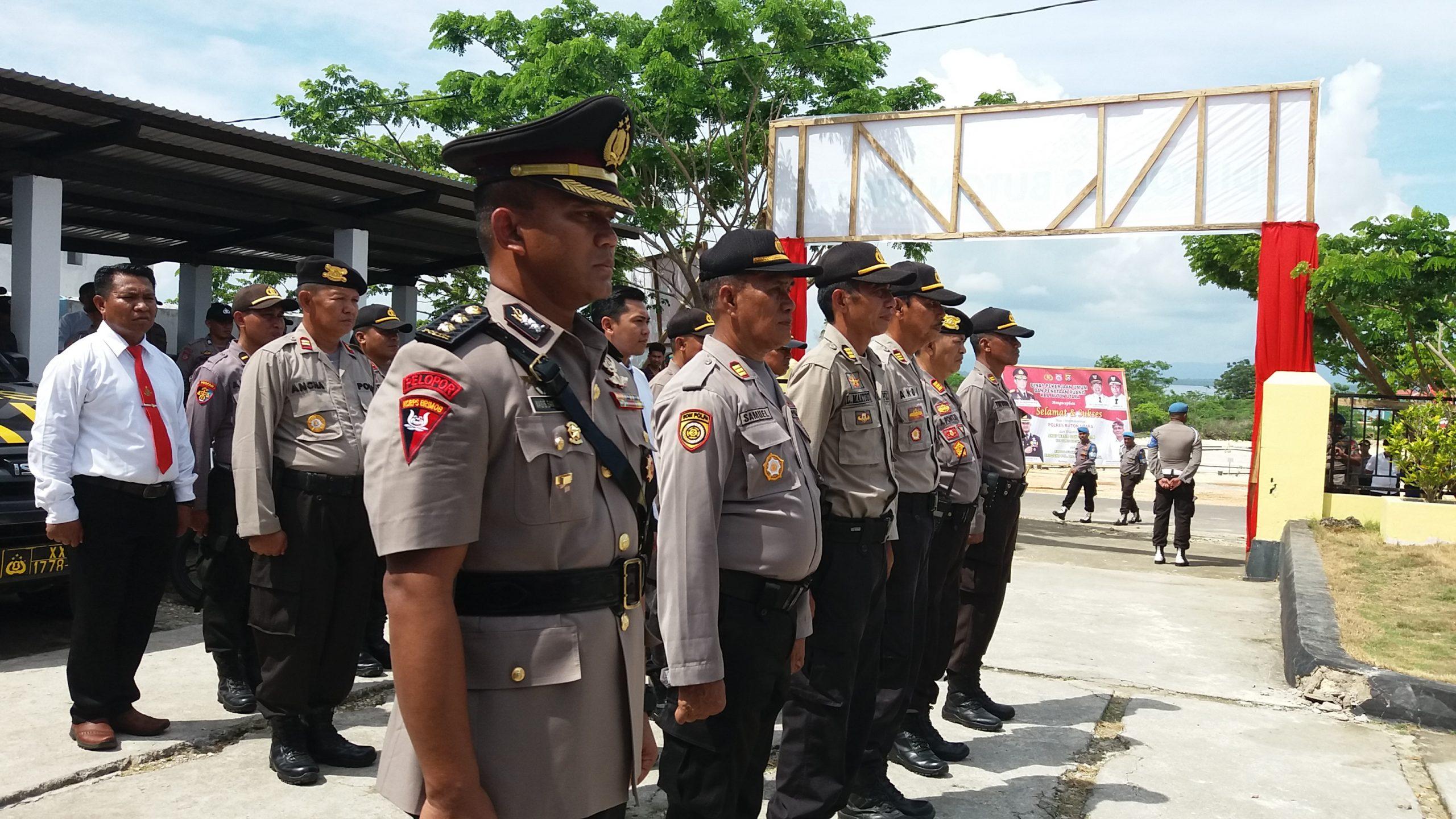 AKBP Wasis Santoso Sik (depan) saat akan dilantik Kapolda Sultra, Brigjen Pol Merdisyam. Foto: La Ode Adnan Irham