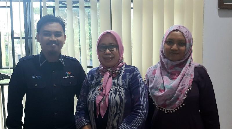 Kepala BPS Kabupaten Konawe, Sultriawati Efendy (tengah) saat ditemui diruangan kerjanya. Foto: MEDIAKENDARI.com/Muh. Ardiansyah R
