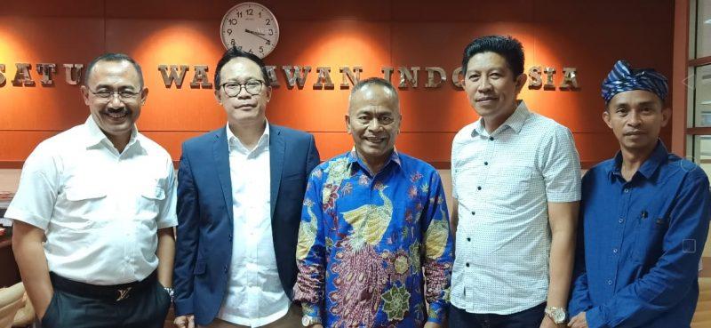 Kadis Kominfo Sultra, Syaifullah (kedua dari kanan) bersama Ketua PWI Sultra, Sarjono (kanan) usai rakor penetapan tuan rumah HPN. Ist