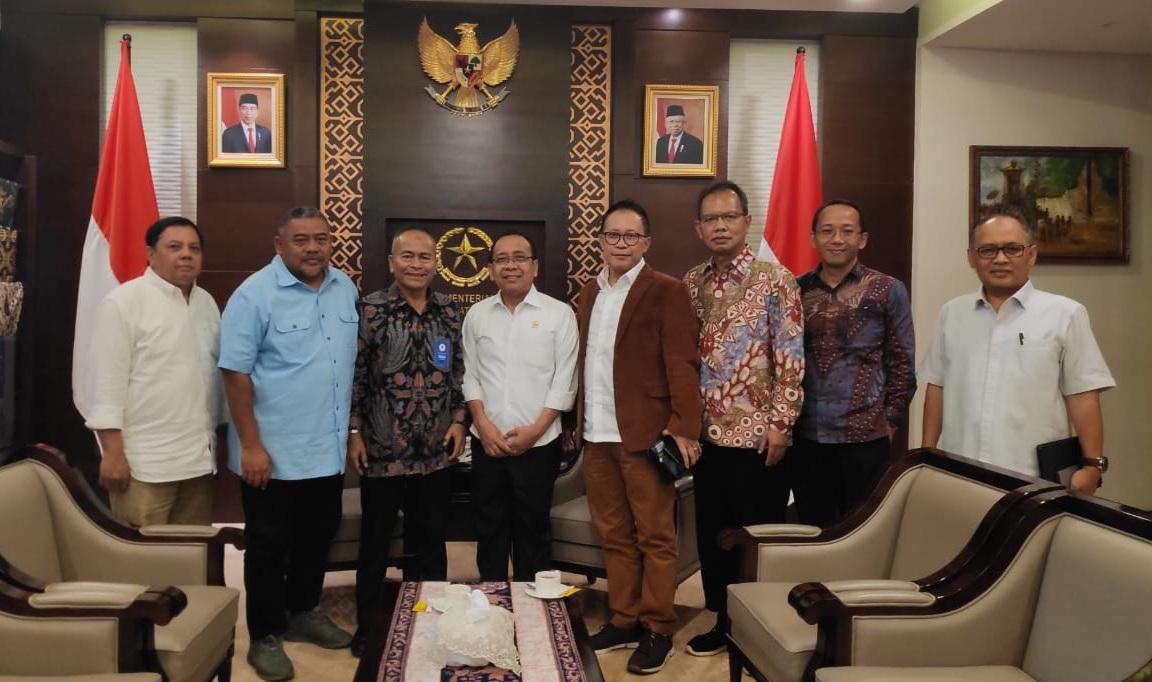 Mensesneg Pratikno (empat dari kiri) didampingi Deputi Bidang Kerjasama Prof. Dadan Wildan ketika menerima kedatangan Panitia HPN 2020 di Sekretariat Negara. Ist