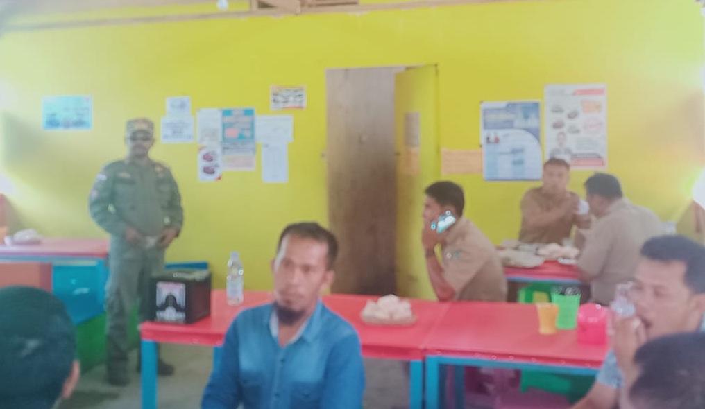 Kasat Pol PP Kolut, Drs Ramang saat mendapati sejumlah ASN di warung makan. Foto: Pendi/Mediakendari.com