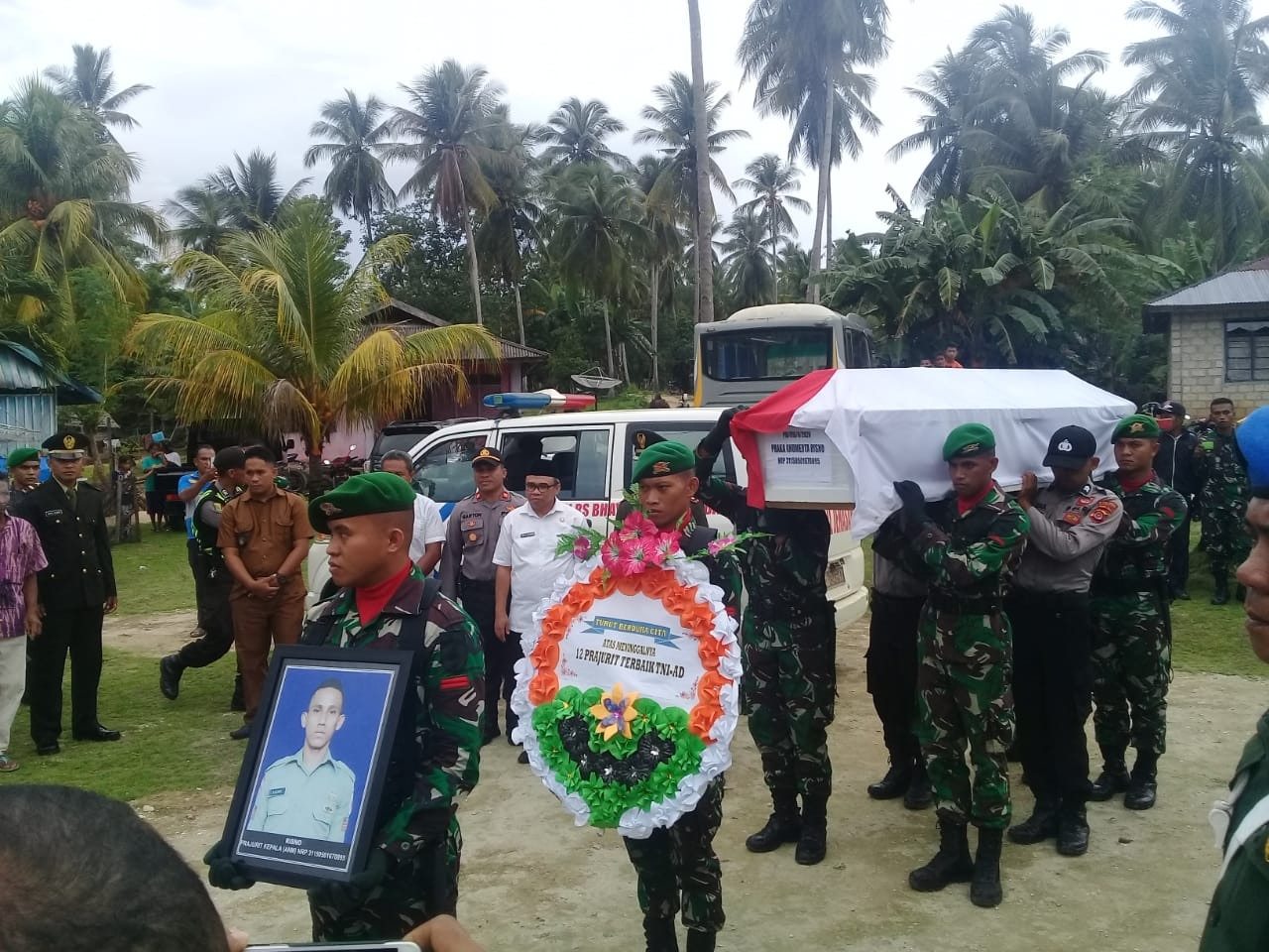 Saat jenazah almarhum Praka Risno tiba di ruma duka di Desa Konde, Rabu 19 Februari 2020. Foto: Ardilan/Mediakendari.com