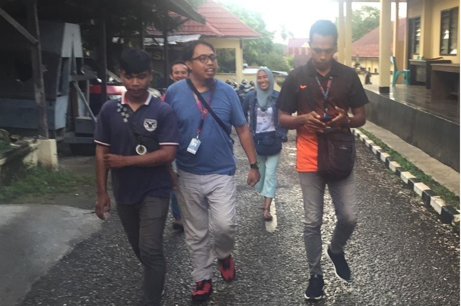 Wartawan Kendari Pos, Akhirman (kanan) bersama sejumlah wartawan saat membuat laporan di Polres Baubau. Ist
