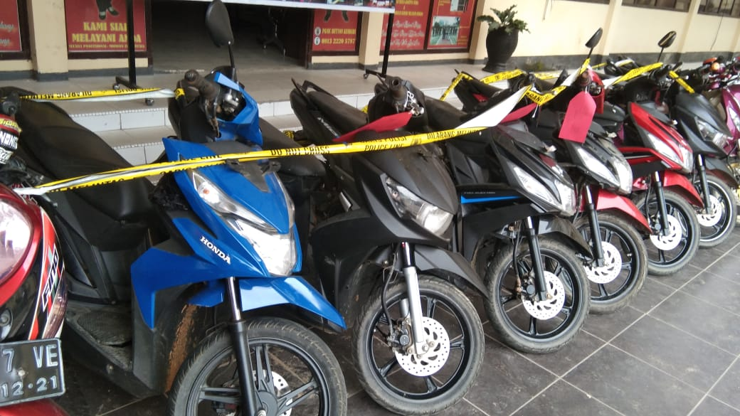 Barang bukti 12 sepeda motor yang diamankan di Polres Kendari. Foto: Hendrik/Mediakendari.com