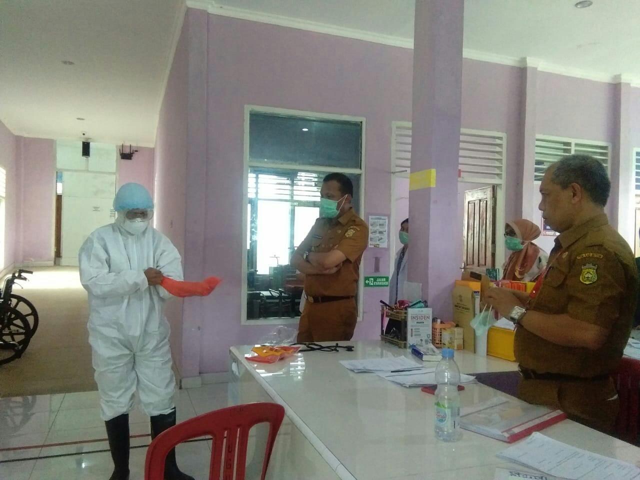 Direktur RSUD Pasarwajo, dr. Ramli Code (kanan) bersama Sekda Butom Zilfar Djafar meninjau persiapan penanganan pasien corona. Foto: Adhil/Mediakendari.com