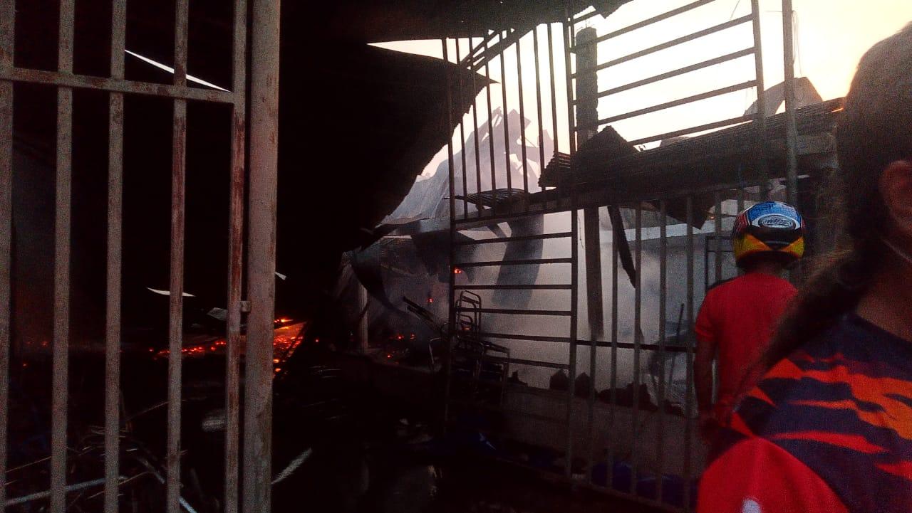 Kebakaran di Jalan Bunga Matahari, Kelurahan Watu-watu, Kecamatan Kendari Barat. Foto: Ferito Julyadi/Mediakendari.com