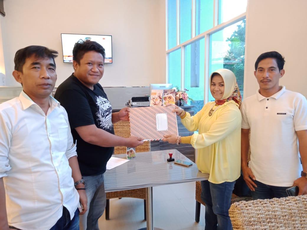 Tim RAG, Supriadin dan Muh Adgil Richardy saat mengembalikan berkas pencalonan kepada panitia penjaringan yang diterima pengurus Golkar Sultra Dewi Tamburaka. Ist