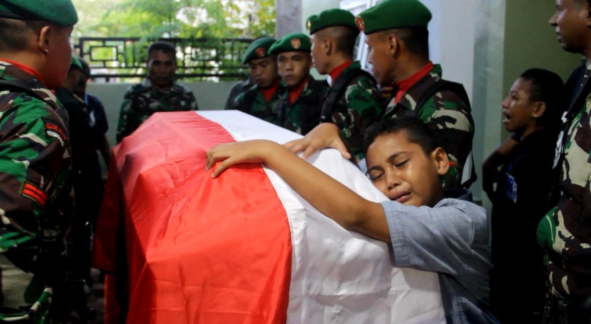 Anak Sersan Kepala (Serka) Anumerta La Ongge memeluk petih jenazah ayahnya. Foto: Adhil/Mediakendari.com
